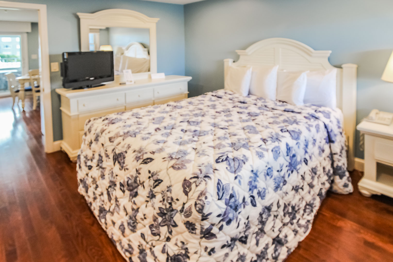 A refreshing master bedroom with a bathroom at VRI's Edgewater Beach Resort in Massachusetts.