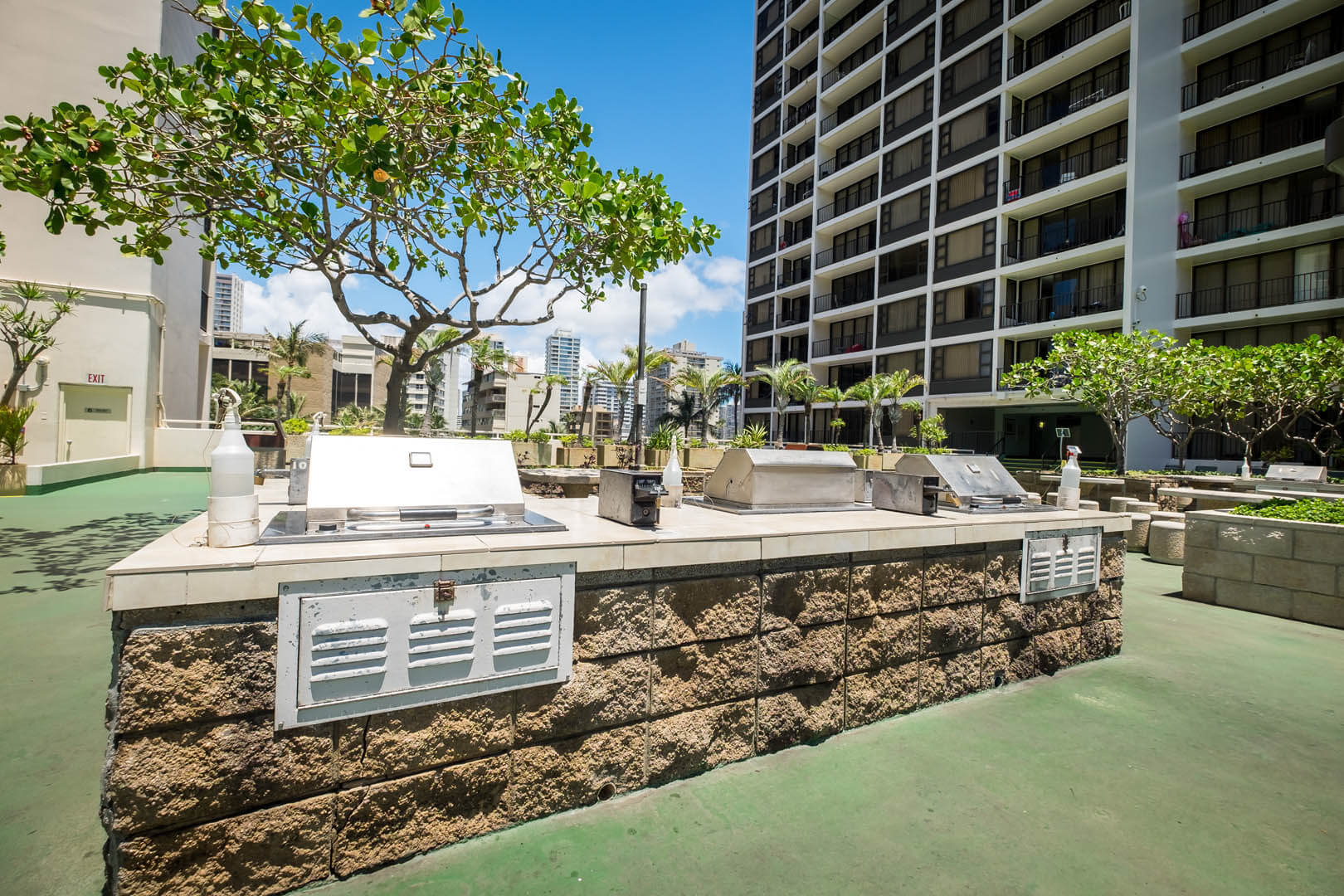 A spacious BBQ area at VRI's Kuleana Club in Lahaina, Maui.
