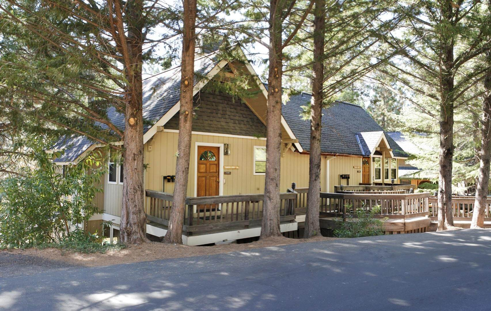 A cozy bedroom with double beds at VRI's Mountain Retreat Resort in California.