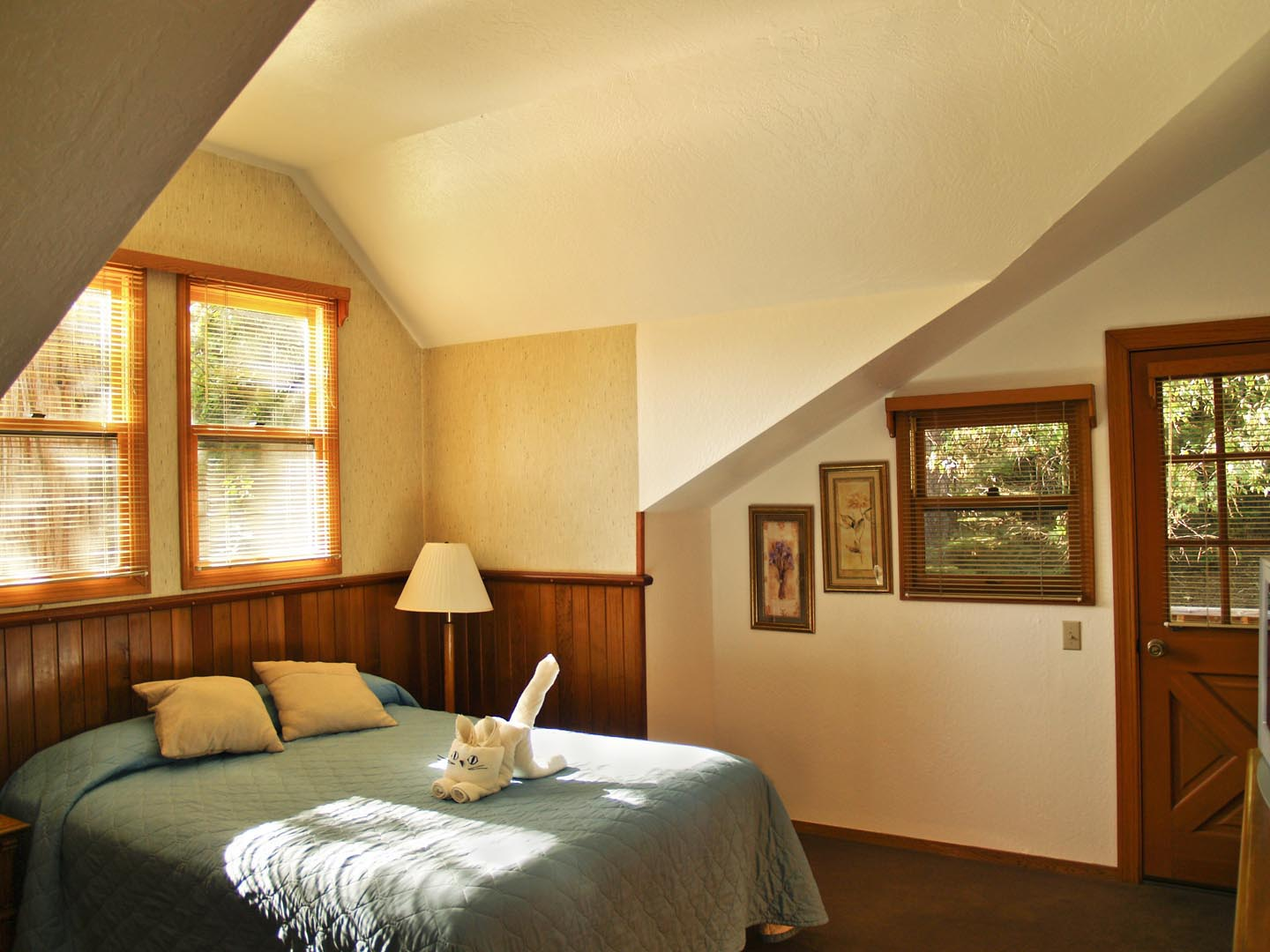 A charming view of the accommodations at VRI's Mountain Retreat Resort in California.