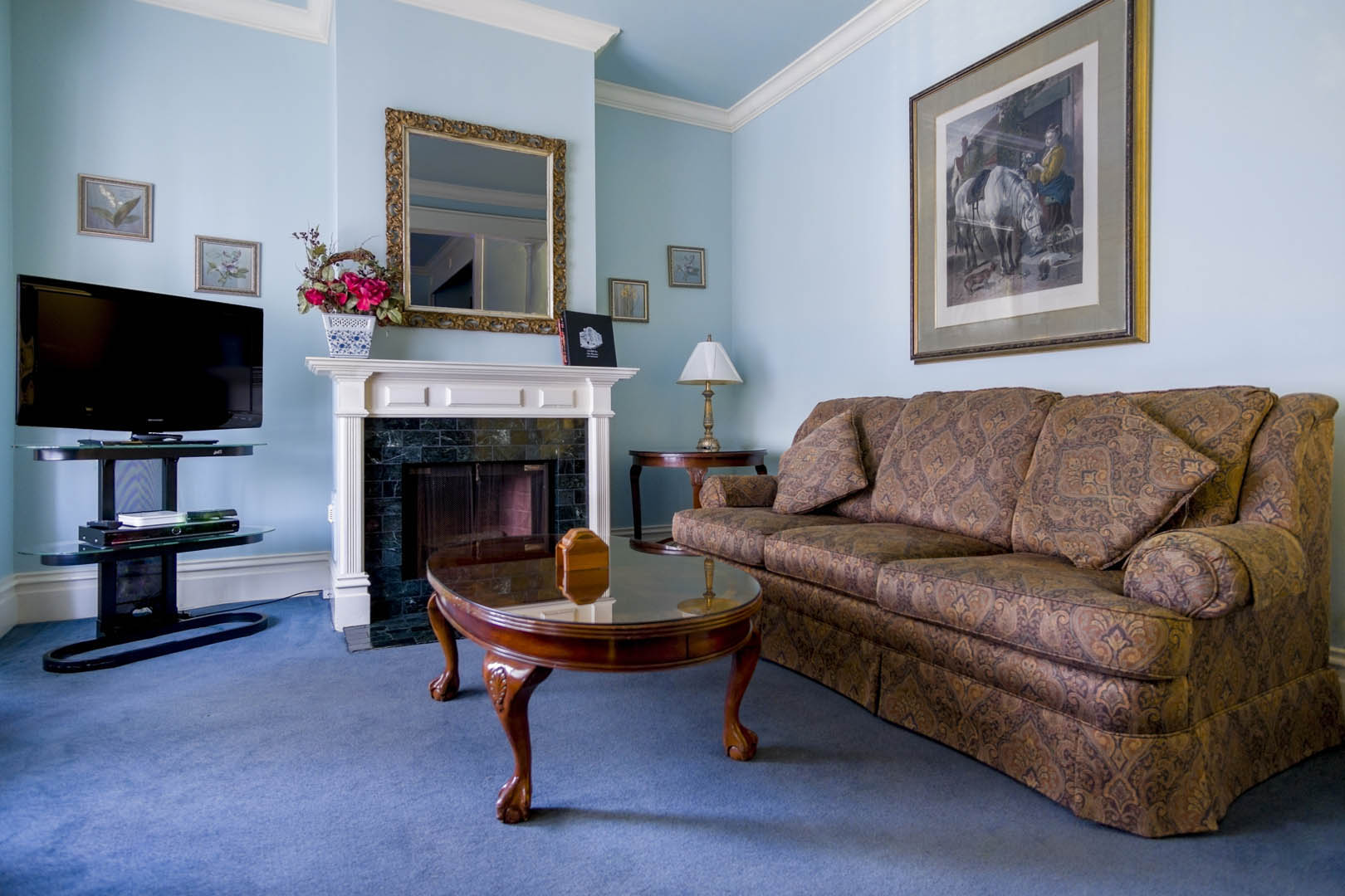 A beautiful living room area at VRI's Nob Hill Inn in San Francisco, California.