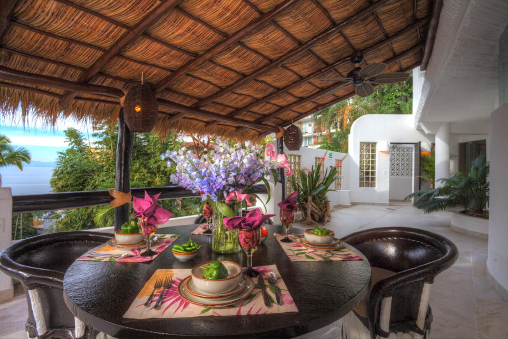 Ocho Cascadas Dining Table