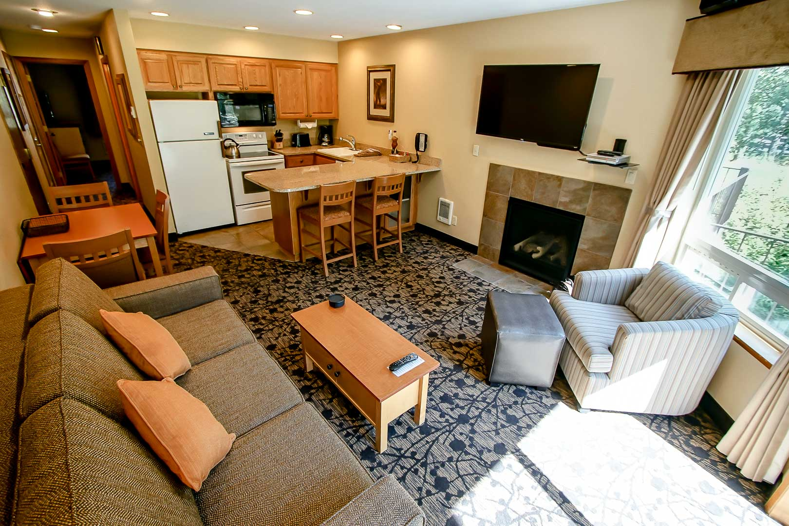 A spacious living room area at VRI's Whispering Woods Resort in Oregon.