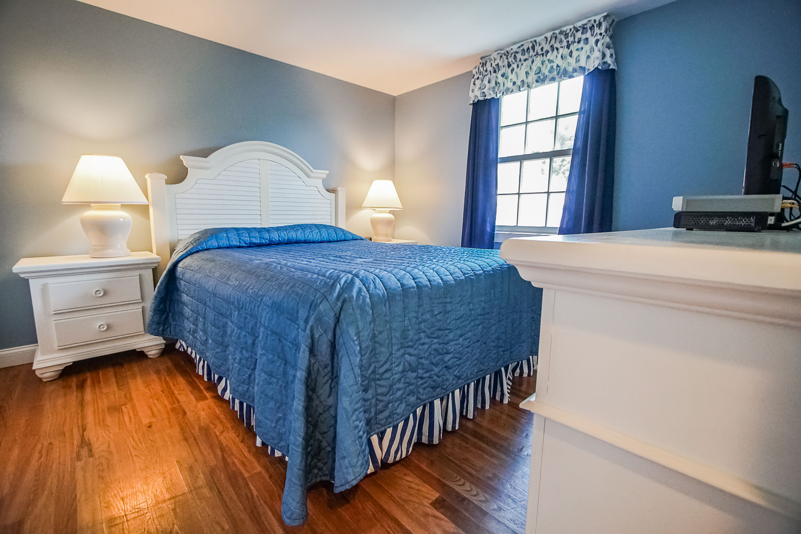 A cozy bedroom at VRI's Beachside Village Resort in Massachusetts.