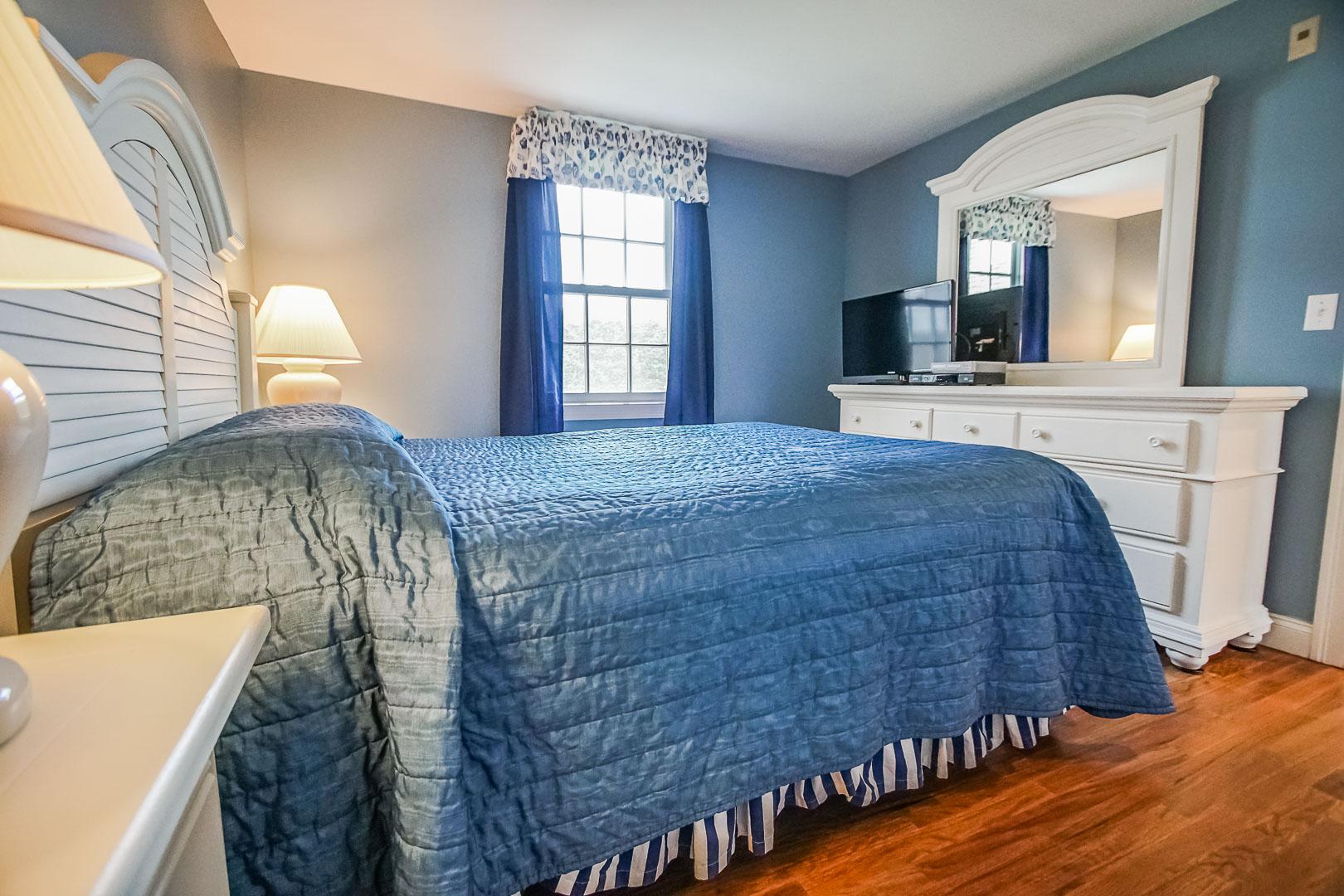 A cozy bedroom at VRI's Beachside Village Resort in Massachusetts.