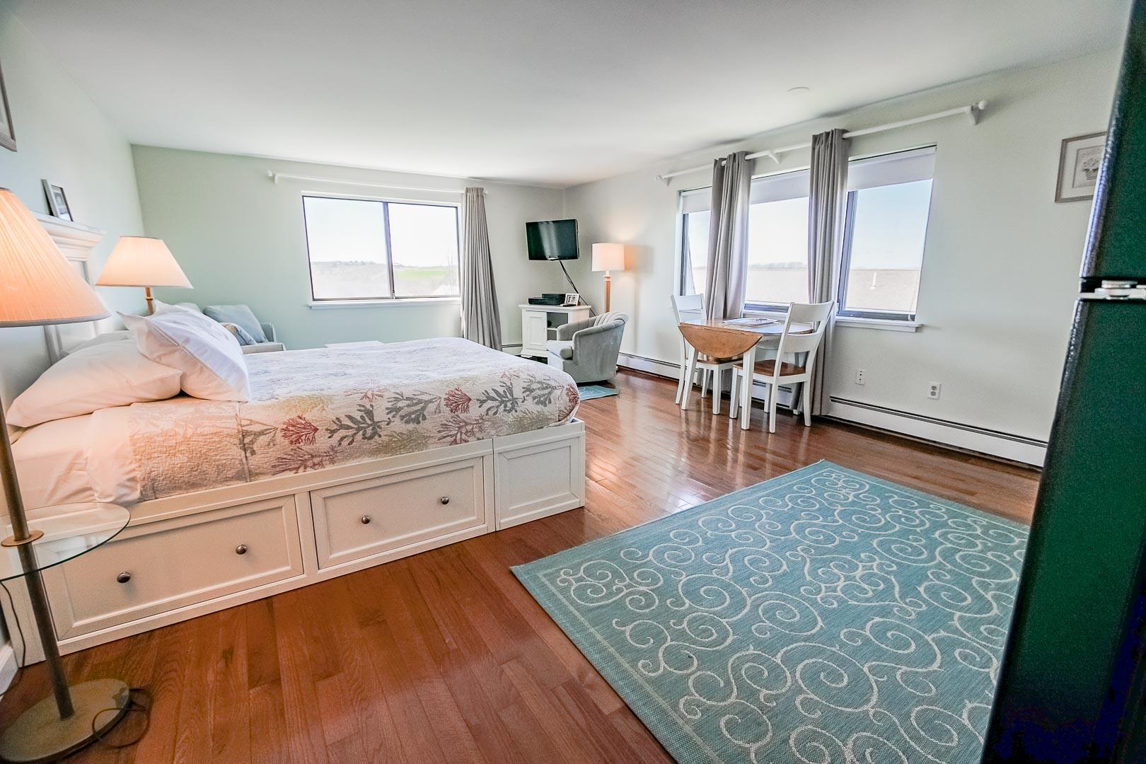 A quaint bedroom at VRI's Neptune House Resort in Rhode Island.