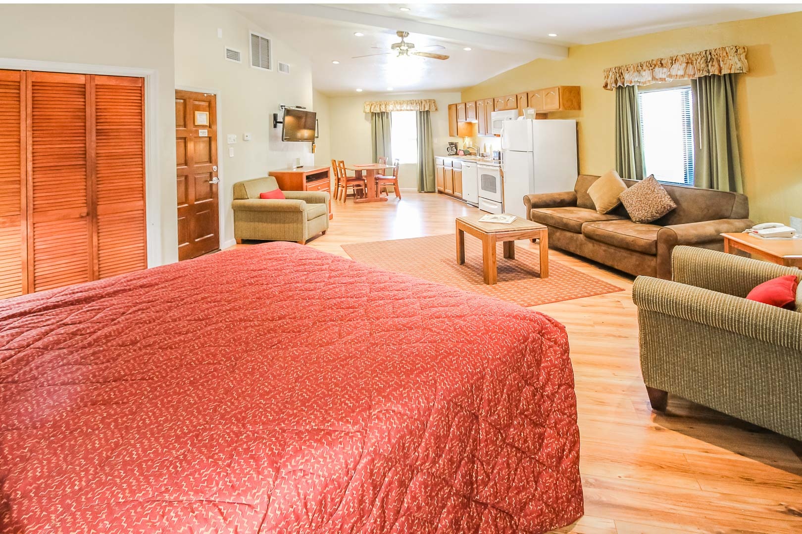 A fully equipped studio unit at VRI's Roundhouse Resort in Pinetop, Arizona.