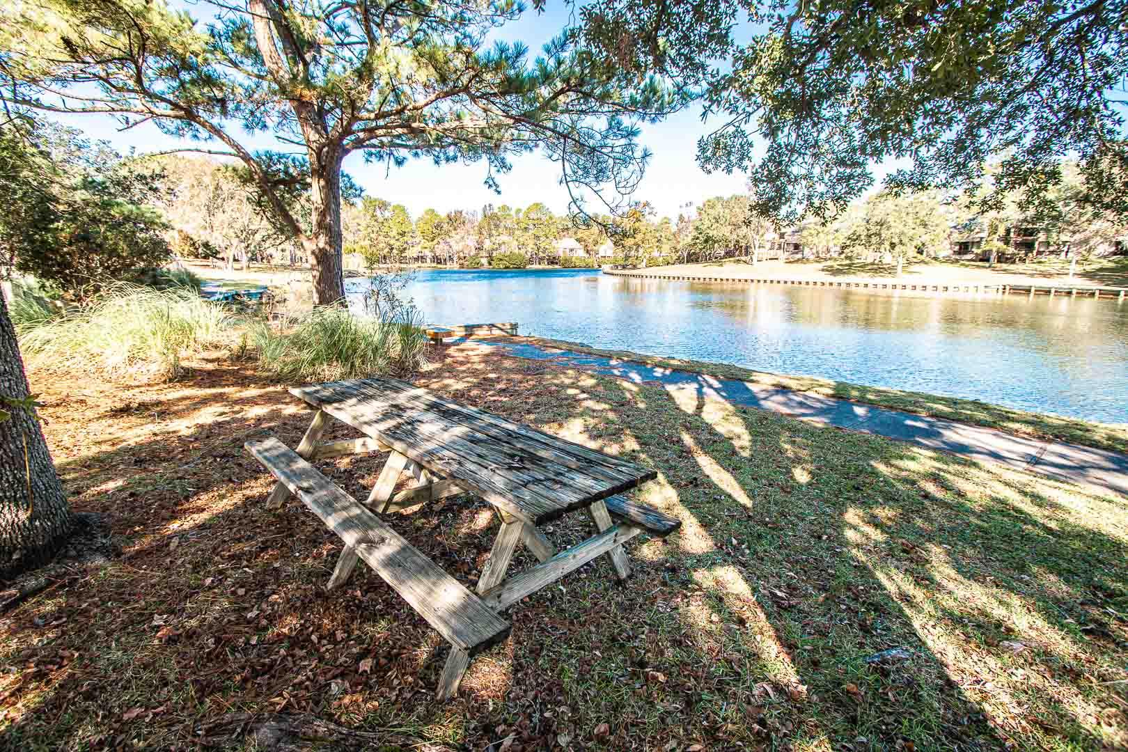 A relaxing picnic area at VRI's Sandcastle Village in New Bern, North Carolina.